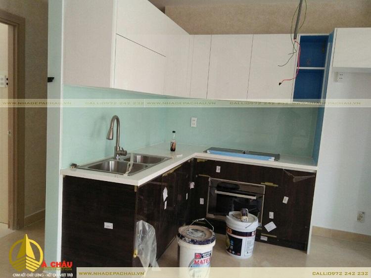 Thi công nội thất tủ bếp tone màu đen nhấn kính màu xanh lơ