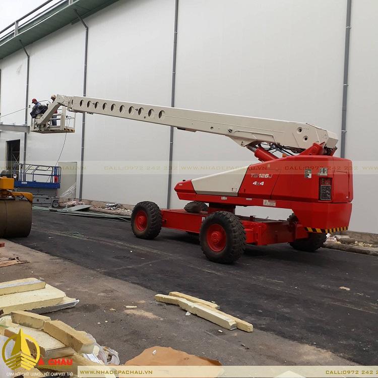 đội ngũ công nhân đang thi công xưởng trong giai đoạn hoàn thiện